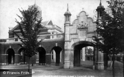 Horsham, Christ's Hospital, Entrance To Quad And Dining Hall 1902