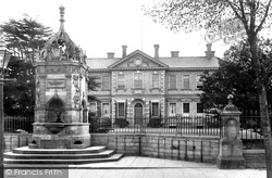 Huntingdon, The Hospital And The Fountain 1906