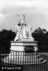 Kensington, the Palace, Queen's Statue 1899