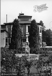 Dhalling Mhor, The Fountain c.1955, Kirn