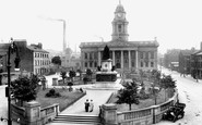 Lancaster, The Town Hall And Queen's Statue 1912