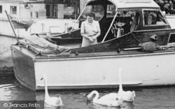 Lechlade, Feeding The Swans c.1955, Lechlade On Thames