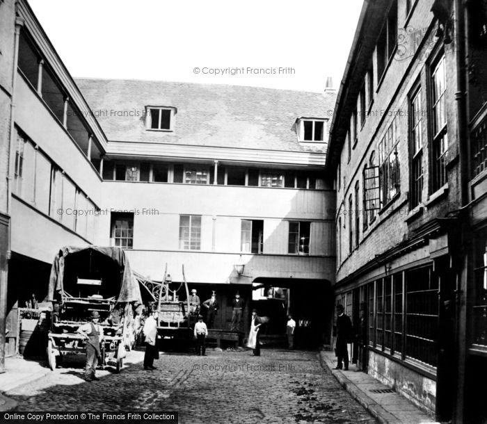 Photo of London, the George Inn c1900