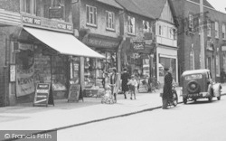 Loughton, High Road, Pedestrians 1948