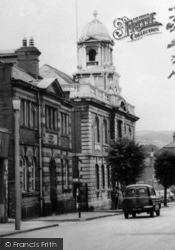Mold, Earl Road, Town Hall c.1960
