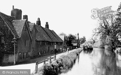Newbury, The Weavers' Cottages And The Canal c.1955