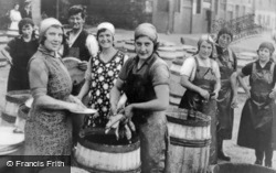 Scots Fisher Girls Salting Herring c.1930, North Shields