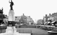 Northampton, Abington Street And The Mobbs Memorial c.1955