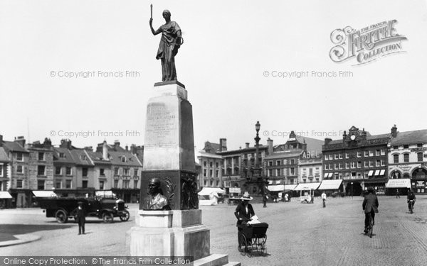 Photo of Northampton, Market Square And Mobbs Memorial 1922