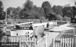 Pangbourne, Whitchurch Lock c1949