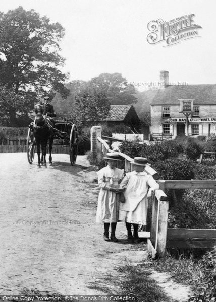 Photo of Pilcott, Children By The Queens Head 1906
