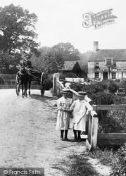 Pilcott, Children By The Queens Head 1906