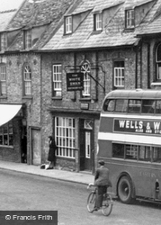 Waiting By The White Swan, The Great Whyte c.1955, Ramsey