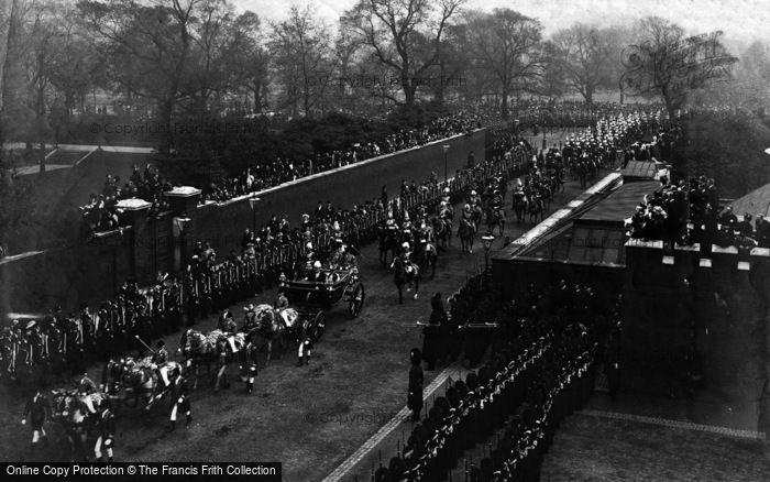 Photo of Royalty, Royal Procession Passing St James Palace 1902