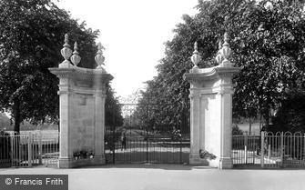 Rugby, War Memorial Gates 1922