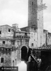 Arco Dei Becci And Palazzo Dei Cugnanesi c.1910, San Gimignano