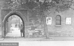 Sandwich, The Fisher Gate Arch 1914