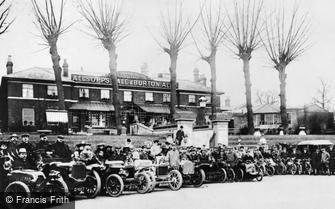 Slough, Vehicles at the Royal Hotel c1907