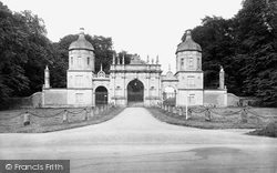 Stamford, The Lodge Gates, Burghley Park 1922