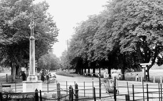 Steventon, War Memorial and Abingdon Road c1955