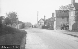 Sutton-on-Trent, The Level Crossing And Nags Head Inn 1913, Sutton On Trent