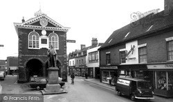 Tamworth, Peel Statue And Town Hall c.1965