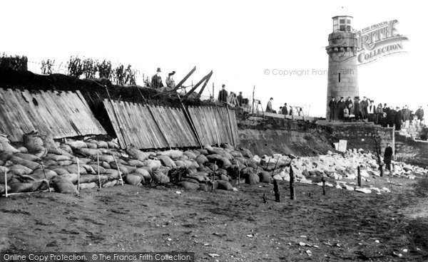 Teignmouth, broken wall near Lighthouse 1908