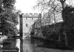 Wells, Palace Gatehouse And Moat c.1900