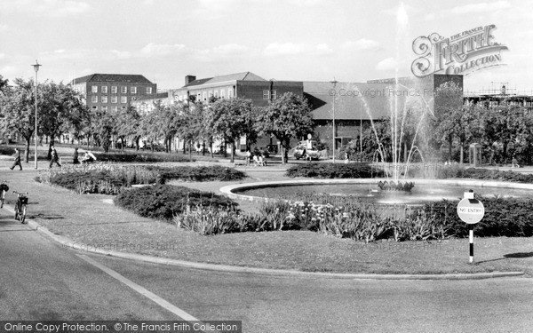 Photo of Welwyn Garden City, Parkway c1960, ref. W294081