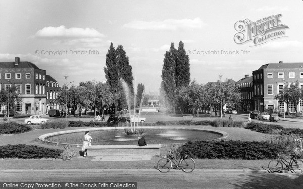 Photo of Welwyn Garden City, the Fountain c1960, ref. W294080