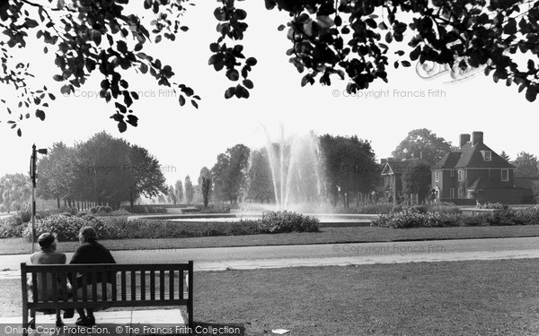 Photo of Welwyn Garden City, the Fountain, Parkway c1955, ref. W294010