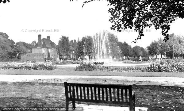 Photo of Welwyn Garden City, the Fountain, Parkway c1955, ref. W294011