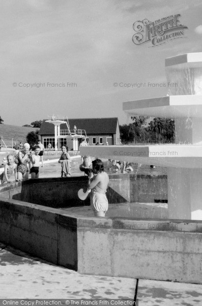 Photo of Welwyn Garden City, the Swimming Pool c1960, ref. W294118e