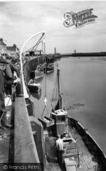 Whitby, Landing The Catch c.1960