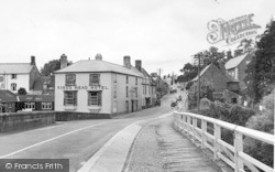 The King's Head Hotel From The Bridge c.1955, Wilton
