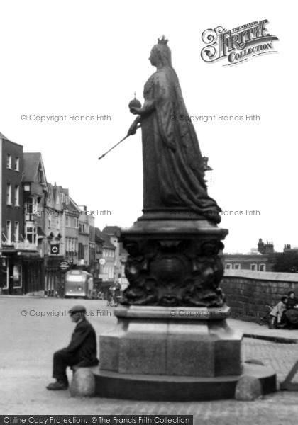 Photo of Windsor, Queen Victoria's Statue 1937
