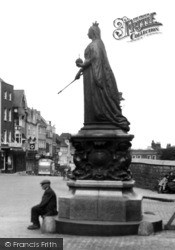 Windsor, Queen Victoria's Statue 1937