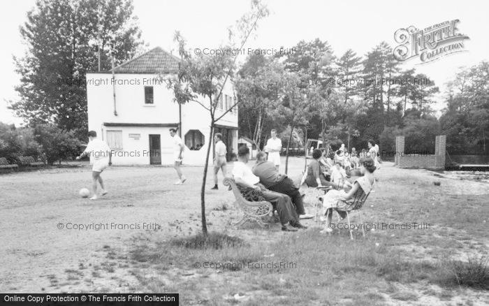 Photo of Wokingham, Lakeside Holidays, Holidaymakers c.1960