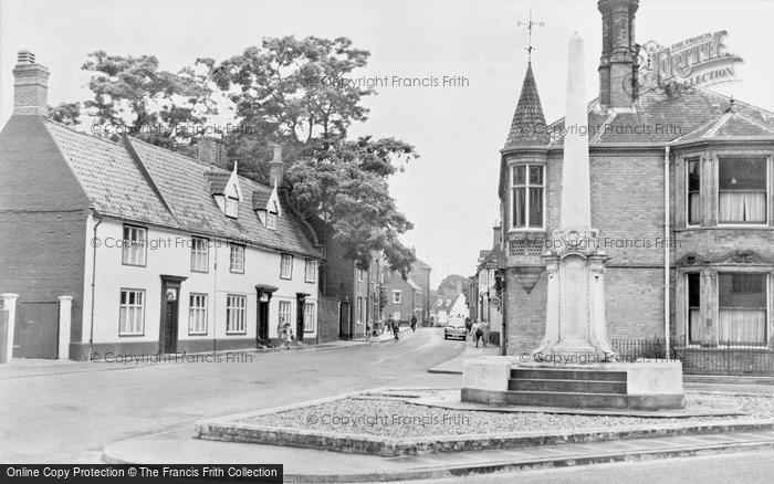 Photo of Wymondham, Middleton Street And War Memorial c.1950