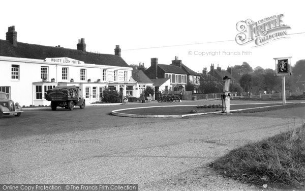 Photo of Yateley, The White Lion c.1950